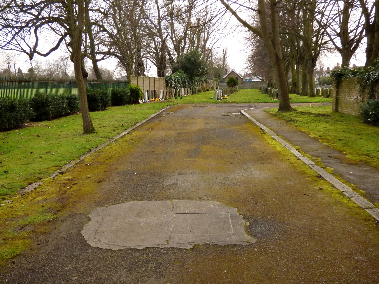 20170306_Redbridge_Barkingside-Cemetery_Entering-the-Graveyard