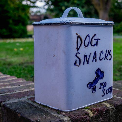 20161012_Hillingdon_Eastcote-House-Gardens_Dog-snacks-at-the-cafe