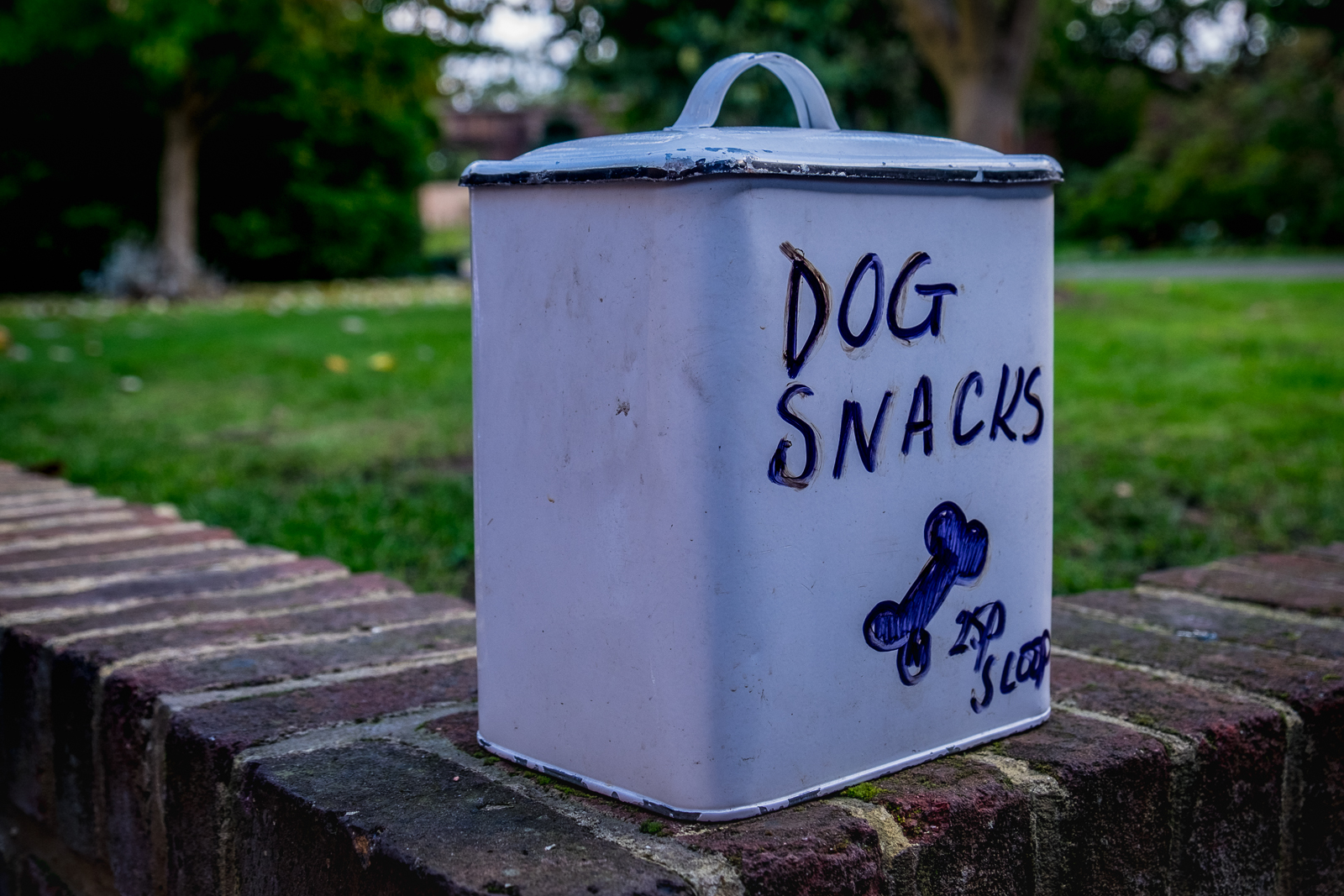 20161012_Hillingdon_Eastcote-House-Gardens_Dog-snacks-at-the-cafe