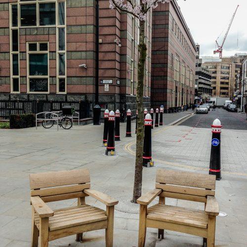 20170317_City-of-London_Saint-Botolph-Street_Chairs-under-the-Cherry-Tree