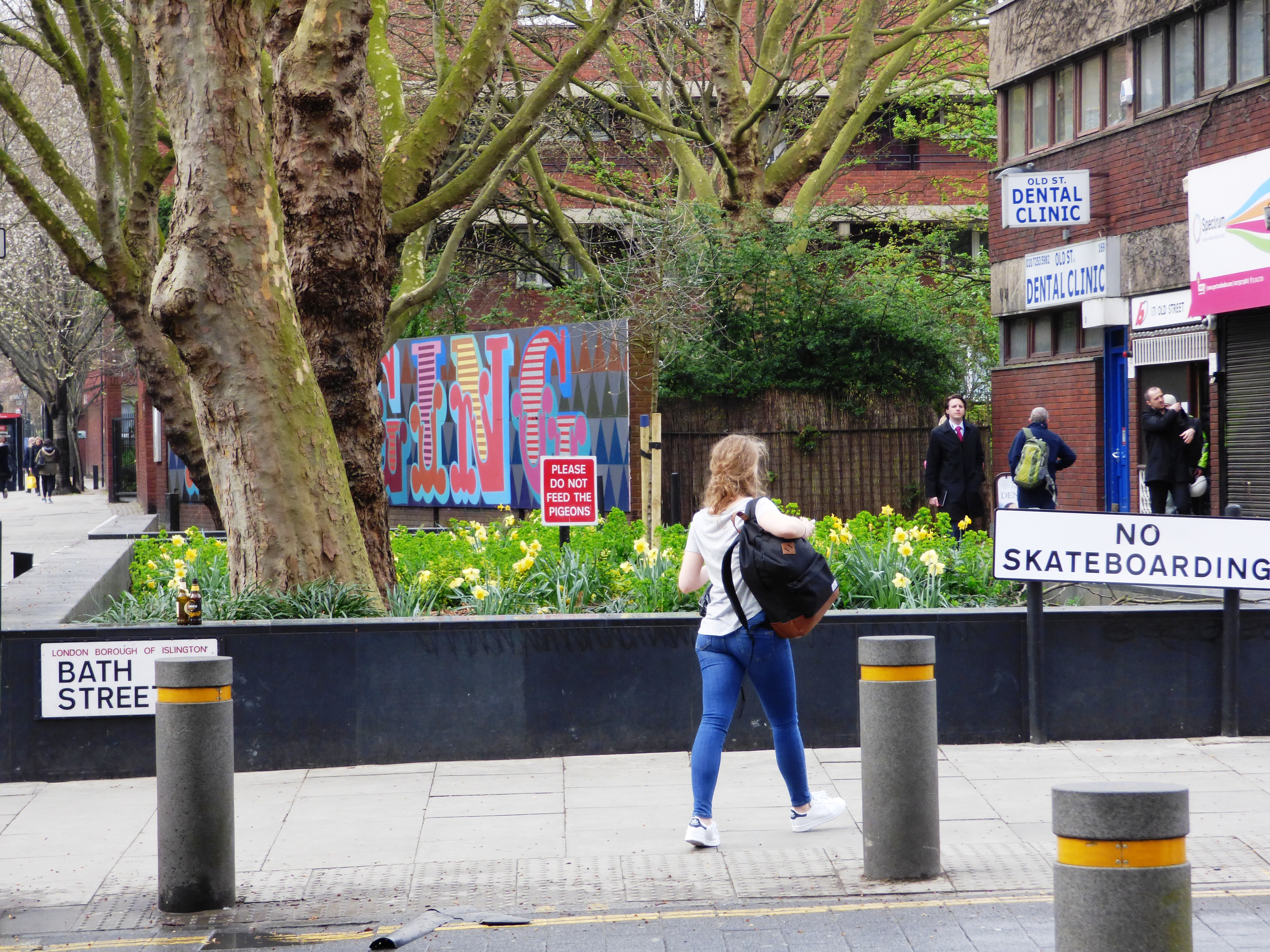 20170323_Islington_Bath-Street_No-Skateboarding-on-the-daffodils