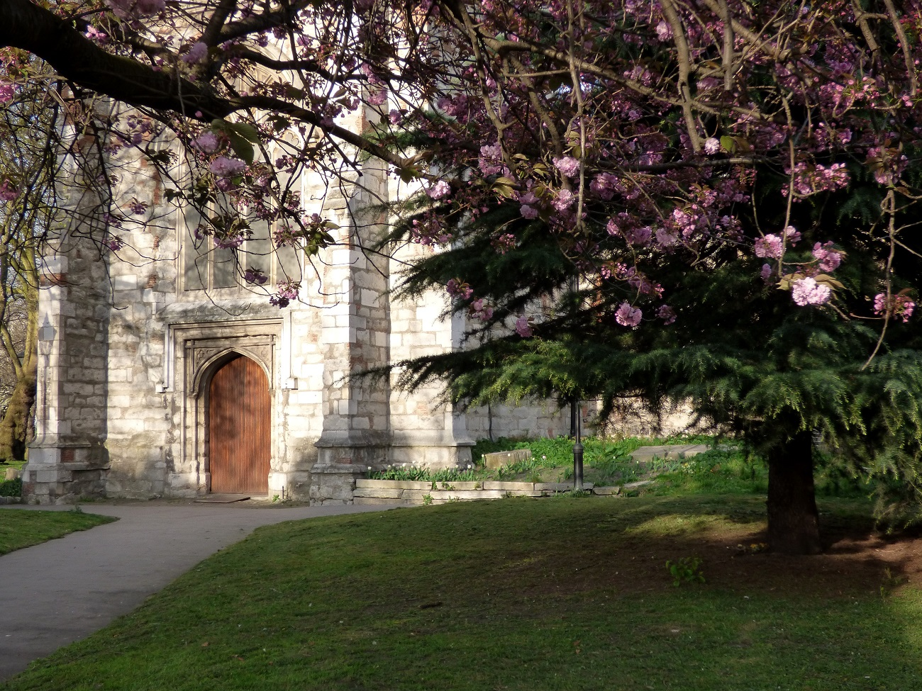 20170403_Newham_West-Ham-Parich-Church_Blossom-in-the-foreground