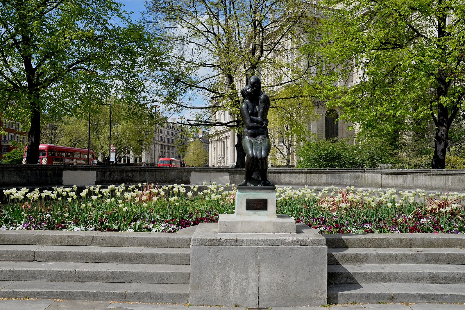 20170416_City-of-London_New-Change-Cannon-Street_Festival-gardens-with-statue-The-Lovers