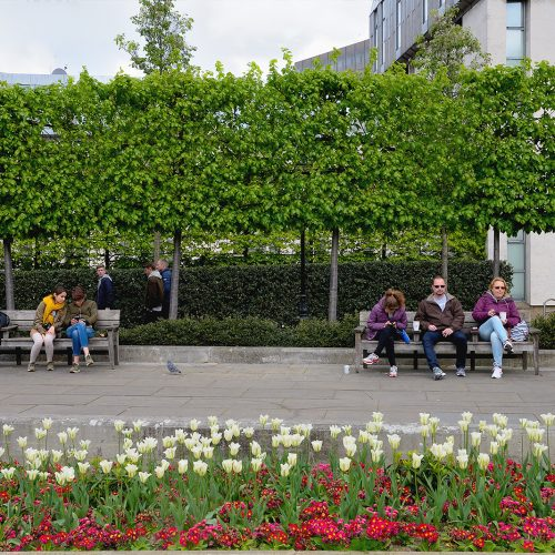 20170416_City-of-London_New-Grange_People-and-flowers-in-Jubilee-gardens